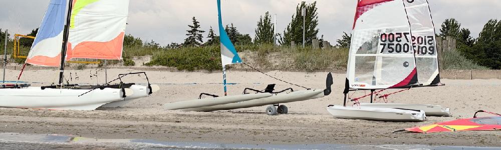 Surfschule und Segelboote am Strand von Kellenhusen